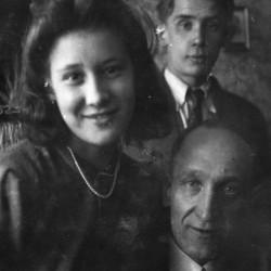 Zdjęcie rodzinne z 1943 roku - Zofia Szubiakiewicz  z ojcem Romanem i bratem Zdzisławem. Ze zbiorów Muzeum Powstania Warszawskiego, dar Zofii Radwanek.