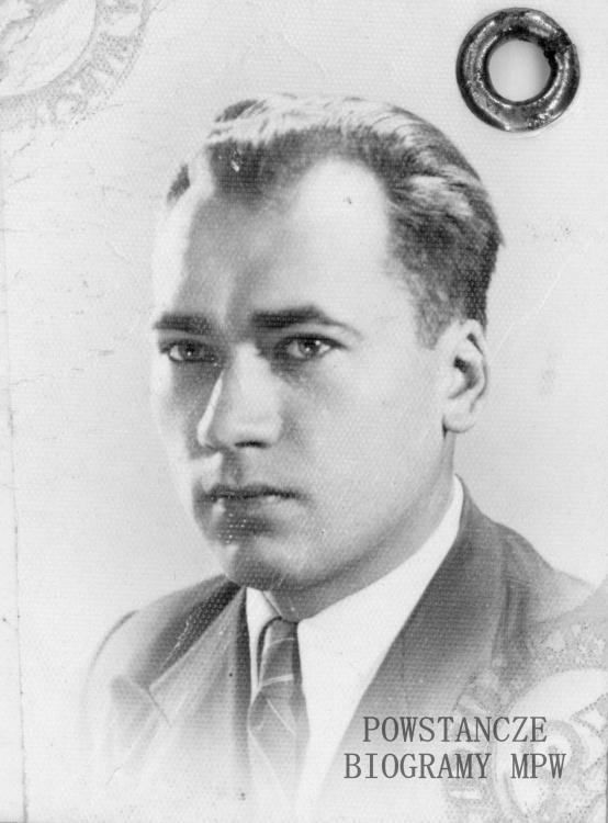 Ryszard Tadeusz Jesiołowski - zdjęcie legitymacyjne z okresu okupacji niemieckiej (1943). Ze zbiorów Muzeum Powstania Warszawskiego, sygn. P/7679
