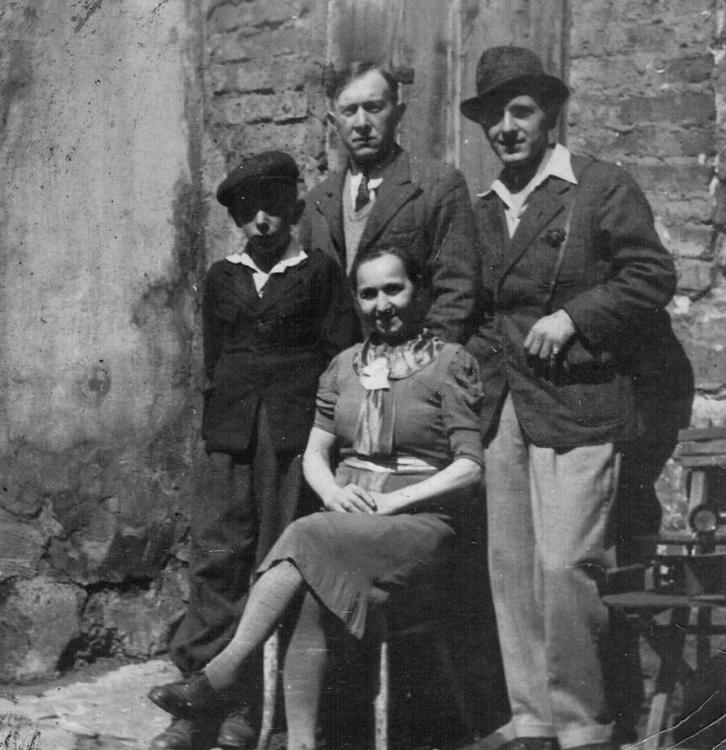 Rodzina Wiktora Chabowskiego w 1943, od lewej Adam (w czapce), w środku Wiktor, poniżej siedzi jego żona Janina, z prawej Aleksander