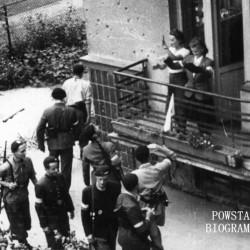 Zdjęcie filmowe z Powstania Warszawskiego: Mokotów, podwórko domu przy ulicy Odyńca 7 róg Tynieckiej. Grupa powstańców z plutonu 1110 dywizjonu