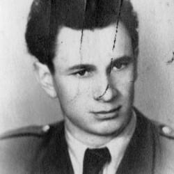 kan. Leonard Jan Słomczyński (1922-1964). Powojenna fotografia portretowa ze zbiorów Muzeum Powstania Warszawskiego, sygn. MPW-IP/5567