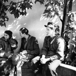 Zdjęcie wykonane 2 IX 1944 r., tuż po ewakuacji resztek batalionu kanałami ze Starego Miasta do Śródmieścia. Od lewej siedzą: sanitariuszka