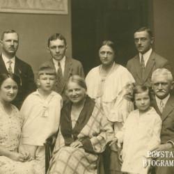 Lata 1925-1926. Państwo Zagleniczni z córkami, synem i wnukami. Stanisław Zagleniczny stoi drugi od lewej, zaś pierwszy po prawej siedzi senior rodu Jan Zagleniczny (1866-1931)  - senator II kadencji Sejmu RP i Minister Przemysłu i Handlu. Fot. archiwum prywatne