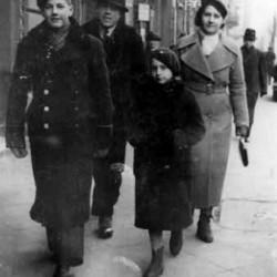 Marian Zarzycki z rodzicami i siostrą, Warszawa 1935 rok. Zdjęcie z archiwum Henryki  Zarzyckiej - Dziakowskiej.