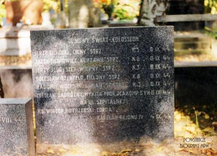 """Mogiła poległych żołnierzy bat. """"Kiliński"""" - Cmentarz Powązki Wojskowe. Fot. z archiwum  A. Dławichowskiego / MPW"""