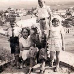 Od lewej Oskar, Czesława, Marian, Rita stoi Waldemar Królikowski. Ze zbiorów Pawła Królikowskiego / Archiwum 2. HBAP