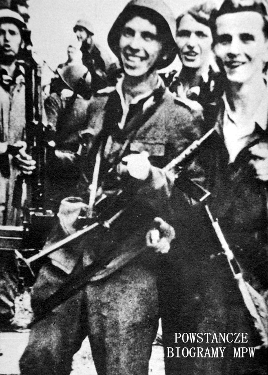 """Powstańcy z batalionu """"Kiliński"""" po zdobyciu PAST-y przy ulicy Zielnej 20 sierpnia 1944: z rkm stoi kpr. pchor. Edward Mortko """"Tumry"""", obok niego po prawej - kpr. pchor. Bernard Zieliński """"Połabski"""", w tle za nimi - po lewej Zbigniew Maliński """"Sławicz"""", (poległ 24 września), po prawej - st. strz. Kazimierz Zagórski """"Barbara""""."""