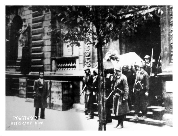 """Powstańczy pogrzeb por. Mieczysława Józefa Ciopy ps. """"Marabut"""". Z archiwum Tadeusza Góralskiego."""