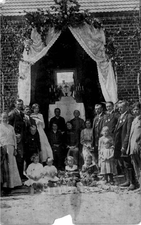 Boże Ciało w Zwoleniu - rok 1915. Przed domem rodzice i krewni Tadeusza Życzyńskiego