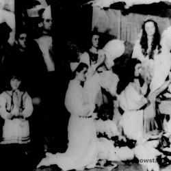 Fotografia przedstawia jasełka zorganizowane przez personel Szpitala Maltańskiego w czasie okupacji. Opis: <i>  Aniołek - Inka Śliwicka, Matka Boska - Mirka Szamborska, Aniołki: Zofia Słowikowska Lidka Łozińska. Występuje personel Szpitala Maltańskiego