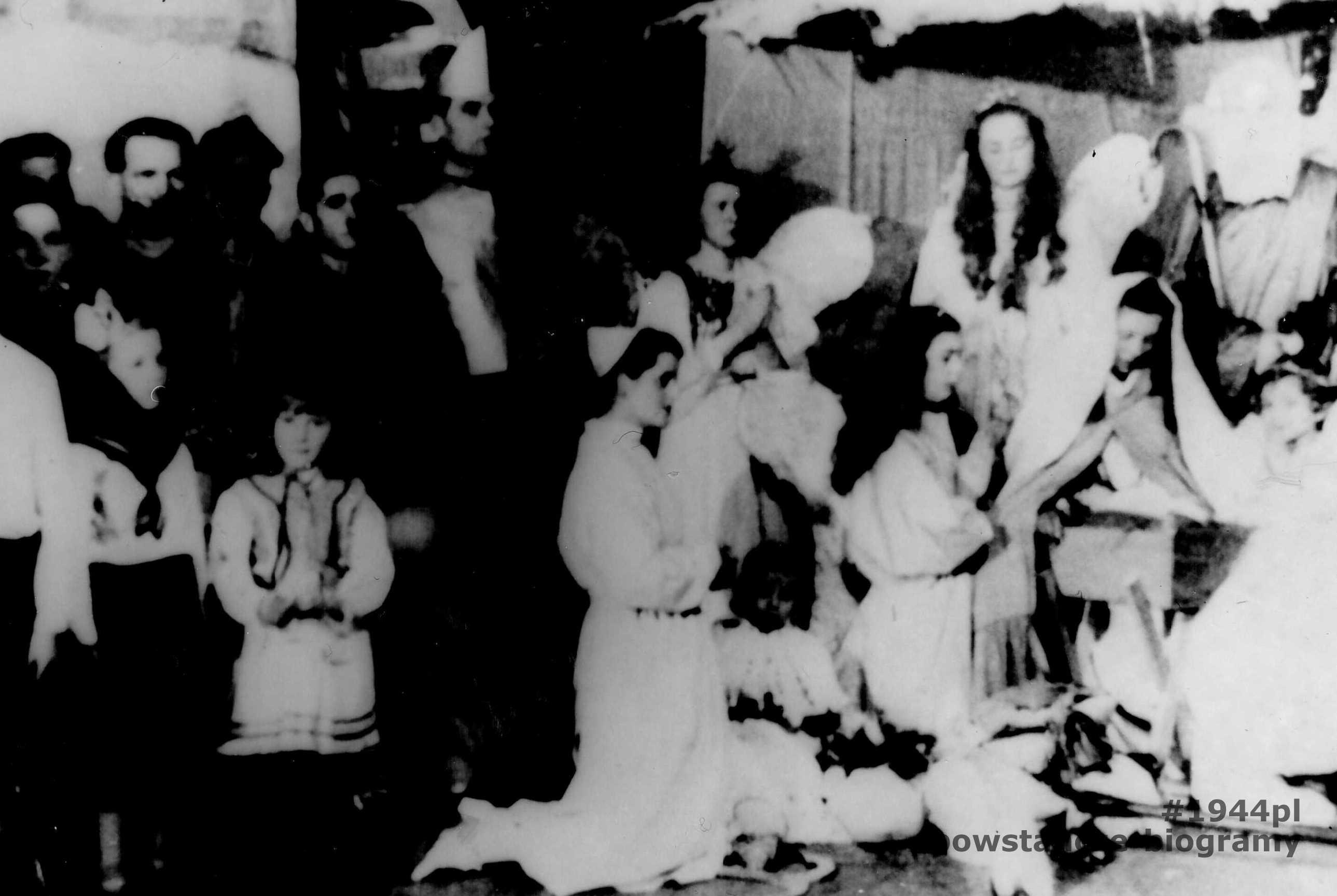"""Fotografia przedstawia jasełka zorganizowane przez personel Szpitala Maltańskiego w czasie okupacji. Opis: <i>  Aniołek - Inka Śliwicka, Matka Boska - Mirka Szamborska, Aniołki: Zofia Słowikowska Lidka Łozińska. Występuje personel Szpitala Maltańskiego""""</i>. Fot. ze zbiorów rodzinnych, przekazana do zbiorów Muzeum, MPW- P/9059"""