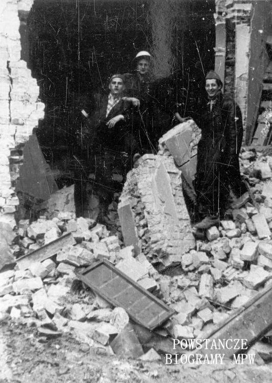 """Wrzesień 1944 r. Śródmieście Południowe, ul. Śniadeckich. Żołnierze batalionu """"Chrobry I"""" na ruinach kapliczki na terenie szpitala polowego AK na ul. Śniadeckich 17 (ewakuowany z ul. Senatorskiej Szpital Maltański). Stoją od lewej: Bronisław Borowski, NN, st. strz. Zygmunt Ochmański """"Lusia"""". Ze zbiorów Fototeki MPW, sygn. <a href="""" http://www.1944.pl/galerie/fototeka/foto/9937/?szukaj=bronis%C5%82aw+borowski""""> MPW-IN/8758</a>"""