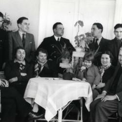 Zdjęcie z archiwum rodzinnego Teresy Chrostowskiej - Sawickiej: stoją od lewej: Bolesław Barcz ( poległ 7.09.1944 r. razem z  Andrzejem) i brat Henryk Chrostowski (walczył na Mokotowie) Andrzej Chrostowski  stoi pierwszy po prawej. Poniżej Andrzeja siedzi Halina Barcz z synkiem.