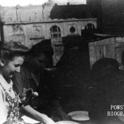 Fotografia z Powstania Warszawskiego. Śródmieście Południowe. Łączniczka  Krystyna Sznajder po mężu Brzeska