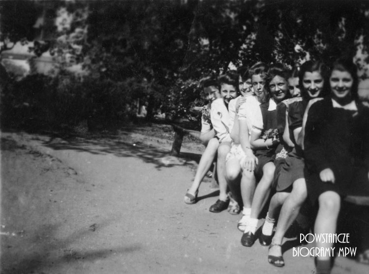 Zdjęcie z 1943 r. - koleżanki szkolne i Danuta Małolepsza ps. Roma, łączniczki Batalionu Parasol. Danuta  poległa 23 sierpnia 1944 r. na Starym Mieście. Fotografia ze zbiorów Muzeum Powstania Warszawskiego, sygnatura MPW-IP/5898