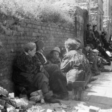 negatywy fotografii z Powstania Warszawskiego autorstwa Czesława Gerwela