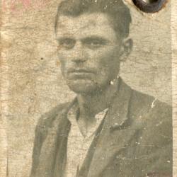 Jan Świstak, fotografia z okupacyjnej kenkarty ze zbiorów Muzeum Powstania Warszawskiego syg. MPW-A/3279 (P/3751)
