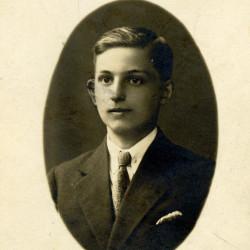 Waldemar Nowacki, fotografia z okresu studiów na SGH, zbiory Muzeum Powstania Warszawskiego nr akcesji P/9449 dar Pana Janusza Jóźwiaka