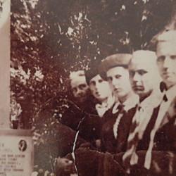 Cmentarzy Wojskowy na Powązkach ok. 1935 r. pierwsza od lewej stoi: Antonia Badełek, fotografię udostępnił Pan Przemysław Burkiewicz