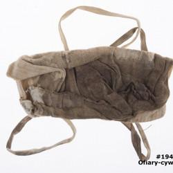 Zakrwawiony woreczek na osobiste przedmioty należący do Wiktorii Reiner, który miała ze sobą podczas egzekucji. Ze zbiorów Muzeum Powstania Warszawskiego sygnatura MPW-M/3192