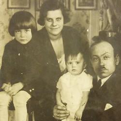 Helena Ostrowska z rodziną, fotografię udostępniła Pani Halina Skory