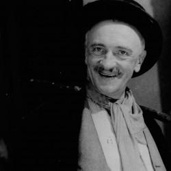 """Lipiec 1941 r. przedstawienie """"Trójka hultajska"""" w Teatrze Komedia, zdjęcie ze zbiorów Narodowego Archiwum Cyfrowego sygnatura: 2-10443"""
