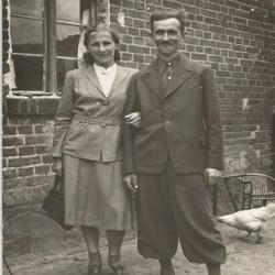 Janina Matuszewska wraz z mężem Feliksem przed domem przy ul. Włościańskiej 12, fotografie udostępnił Pan Przemysław Burkiewicz