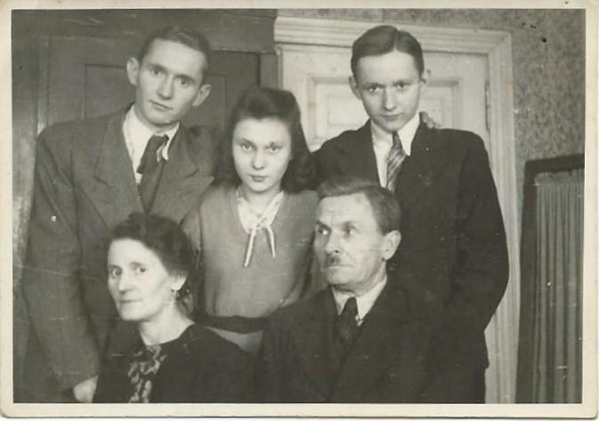 Fotografia wykonana 5 marca 1944 r. w mieszkaniu przy Czerniakowskiej 129. Zdzisław Cegłowski (stoi pierwszy z prawej strony) z rodzicami Wandą i Ryszardem Cegłowskimi oraz rodzeństwem - siostrą Marią i bratem <a href =  https://www.1944.pl/powstancze-biogramy/wlodzimierz-ceglowski,5394.html>Włodzimierzem(1921-1944).</a> Fot. z archiwum rodzinnego, udostępnił p. Piotr Cegłowski