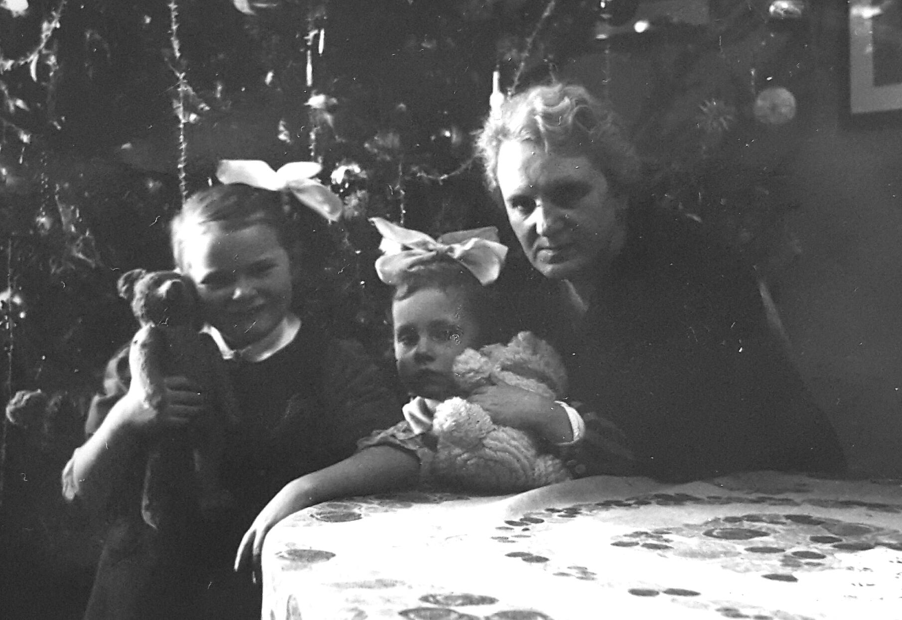 Bożenka Napiórkowska wraz z siostrą Jolą i matką Zofią, fotografię udostępnił Pan Przemysław Puternicki