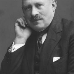 Aleksander Janowski, prezes Polskiego Towarzystwa Krajoznawczego - fotografia portretowa lata 1922-1929, ze zbiorów Narodowego Archiwum Cyfrowego sygnatura 1-S-3519