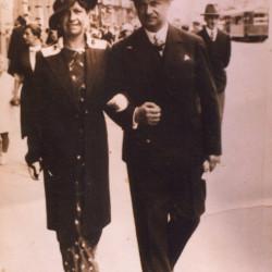 Franciszek Wawrzyniak z żoną Marią, fotografia wykonana w 1937 r. na ul. Nowy Świat, udostępniła córka Pani Teresa Golczewska